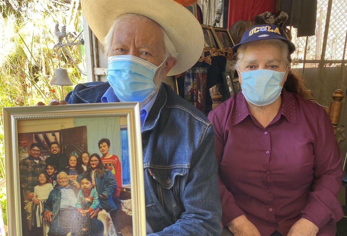 Solos contra la pandemia: abuelitos latinos esperan con ansia las reuniones con la familia