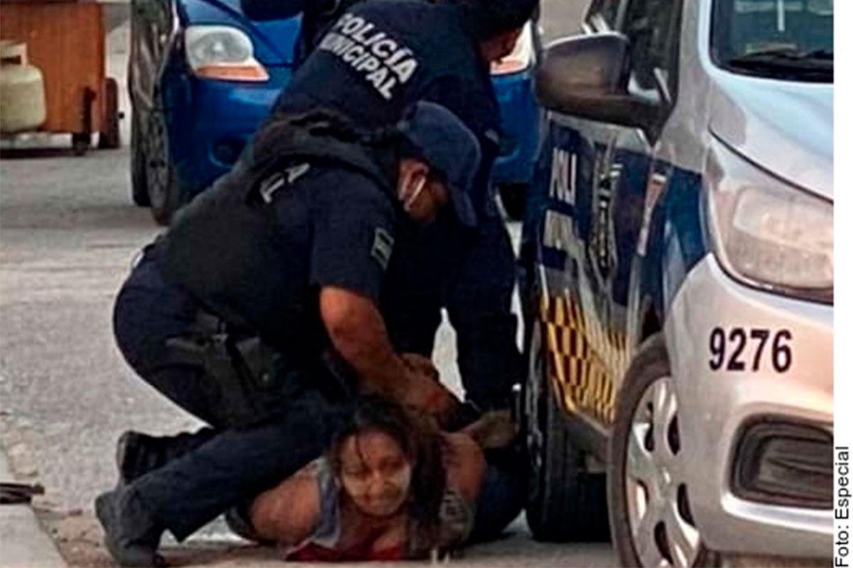 Policías sometiendo a Victoria Salazar.