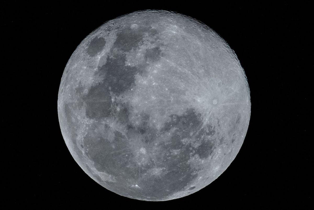 """El fenómeno llamado """"Luna de gusano""""."""