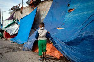 Migrantes centroamericanos malviven sin esperanza en la frontera de México con EE.UU.