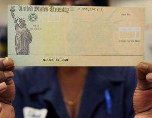 IRS confirma que primeros cheques de estímulo de $1,400 ya empezaron a llegar a cuentas bancarias