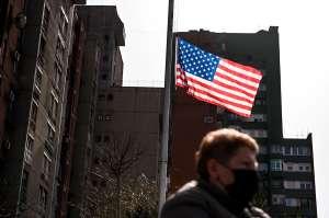 Florida coloca banderas a media asta por los casi 32,000 muertos por COVID-19