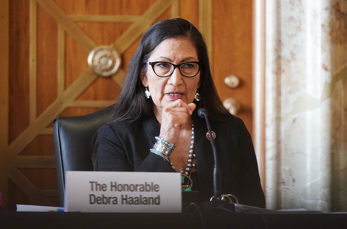 Deb Haaland, la primera mujer nativoestadounidense en asumir el cargo como Secretaria del Interior de EE.UU.