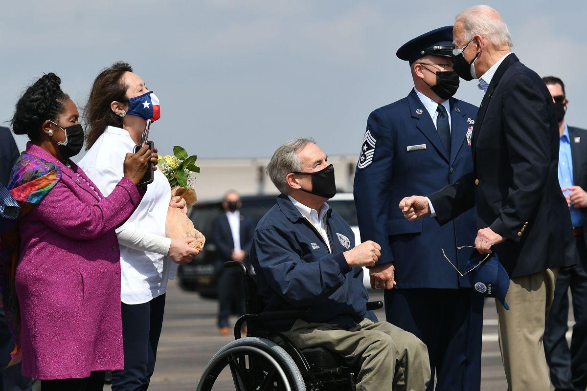 """Gobernador de Texas dice que """"inmigrantes ilegales"""" con COVID-19 son liberados por Joe Biden"""