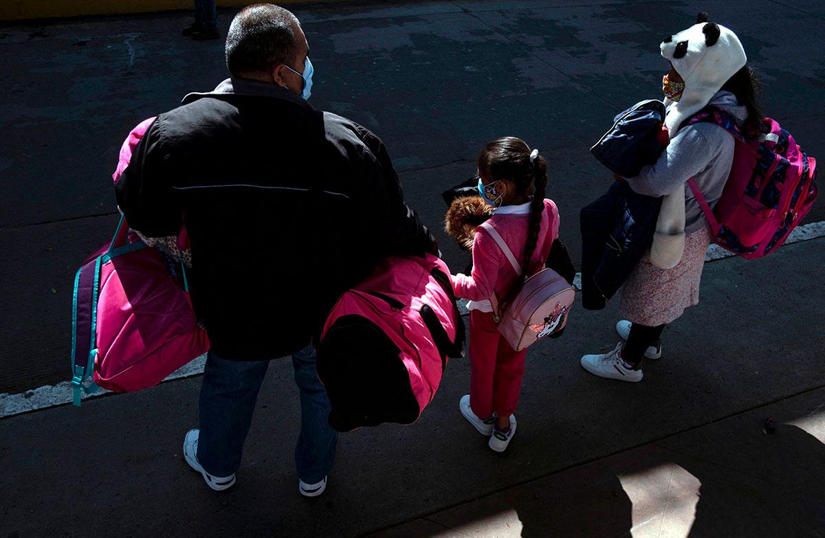 Gobierno de Joe Biden alojará a familias migrantes en hoteles cerca de la frontera con México