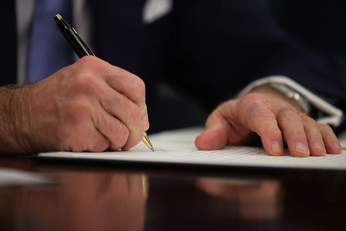 Biden adelanta firma de tercer estímulo económico para acelerar envío de cheque de $1,400