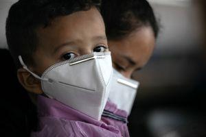 Fotos muestran saturación en centro de atención a niños migrantes en Texas