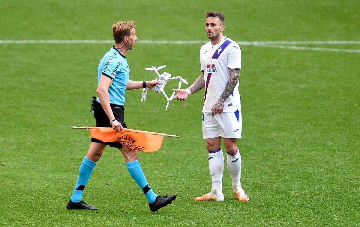 Pizarro Gómez  detuvo el encuentro para retirar el aparato del campo.