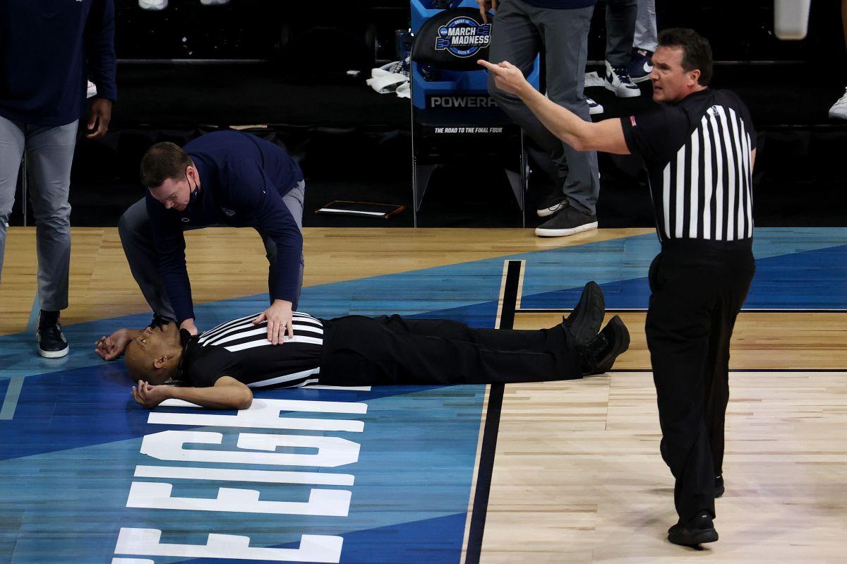 VIDEO: Árbitro se desploma dramáticamente en pleno partido de baloncesto colegial
