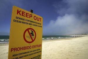 Derrame de más de 4,500 litros de aguas negras forza el cierre de las playas de Newport Beach