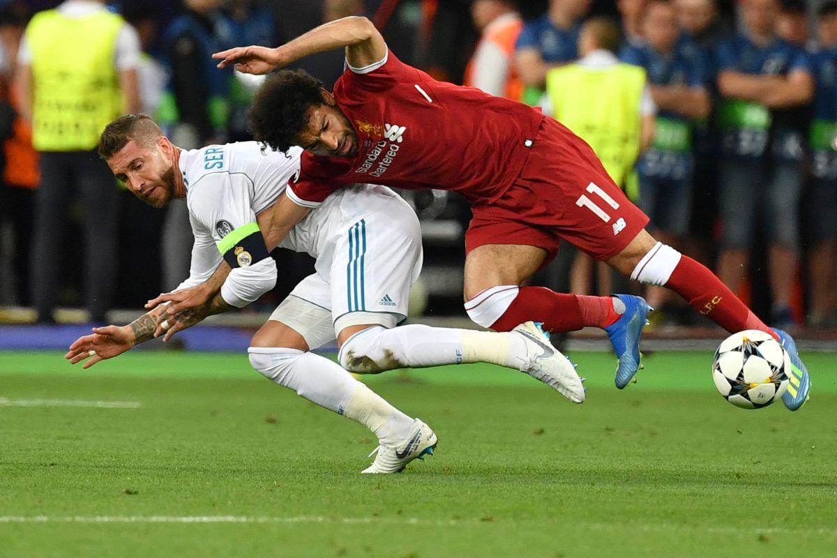 Jugada en la que Ramos lesionó a Salah en la final de 2018.