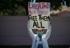 Activistas denuncian que ICE puso en libertad a 3 migrantes sin avisar que dieron positivo por COVID-19