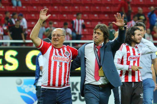 Matías Almeyda celebrando un título de Chivas al lado de su padre, Óscar Almeyda