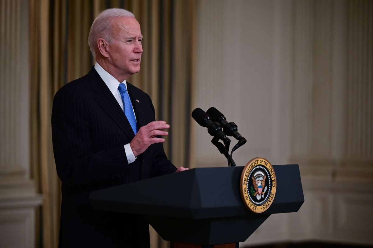 Biden dice que habrá suficientes vacunas COVID-19 para todos los adultos a finales de mayo