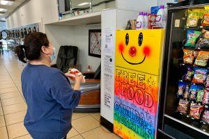 Lavandería ofrece refrigerador con comida gratis para los necesitados