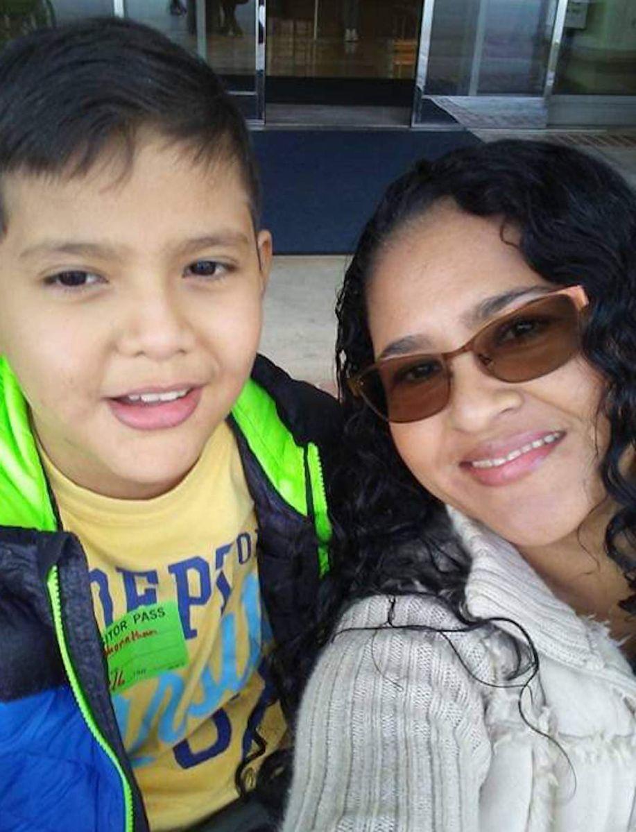 Lidia Paz con su hijo Jonathan Cristales. (Cortesía Lidia Paz)