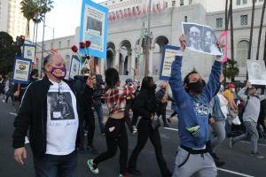 Padres y madres de jóvenes latinos muertos a balazos por la policía claman justicia