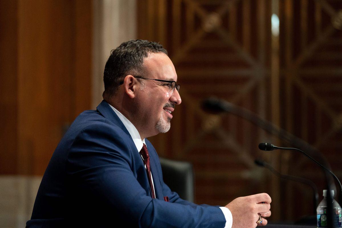 Miguel Cardona, el latino que pasó de maestro a secretario de Educación de Estados Unidos