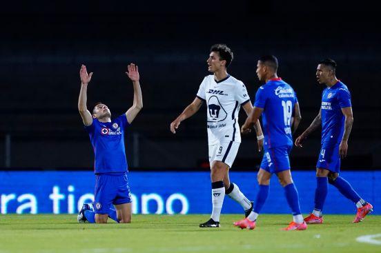 Cruz Azul derrota a Pumas con penal de último minuto