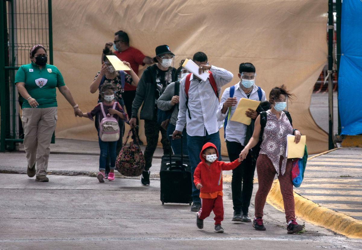 Veinte gobernadores presionan al gobierno de Biden a cambiar su política migratoria en la frontera