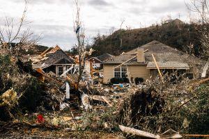 VIDEO: Dos hispanos en una camioneta vivieron y filmaron un gran tornado en Alabama