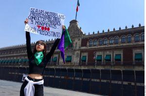AMLO blinda con vallas metálicas Palacio Nacional ante jornada de marchas en México por el Día Internacional de la Mujer