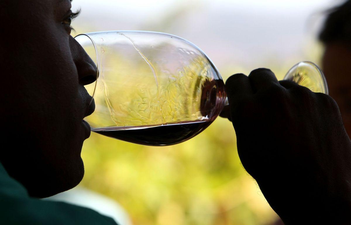 Ofrecen trabajo con vino, vivienda gratis y $10,000 al mes por un año en California