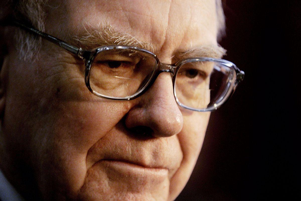 Cómo usar el dinero del tercer cheque de estímulo, al estilo de Warren Buffet