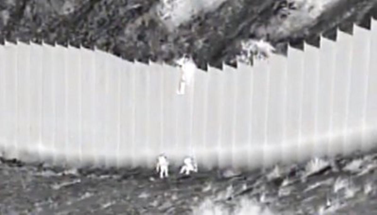 Video: Coyotes dejan caer desde lo alto del muro a dos niñas; las abandonaron en el desierto