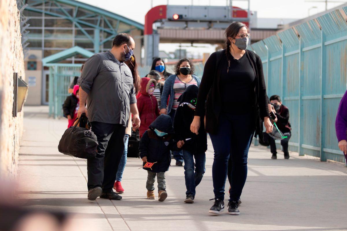 Inmigrantes llegan a EE.UU. a procesar solicitudes de asilo.