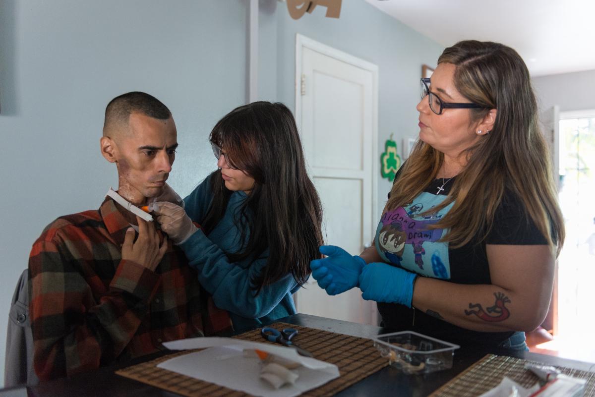 Roles invertidos: Se incrementa el número de jóvenes que cuidan a sus padres y abuelos en el hogar