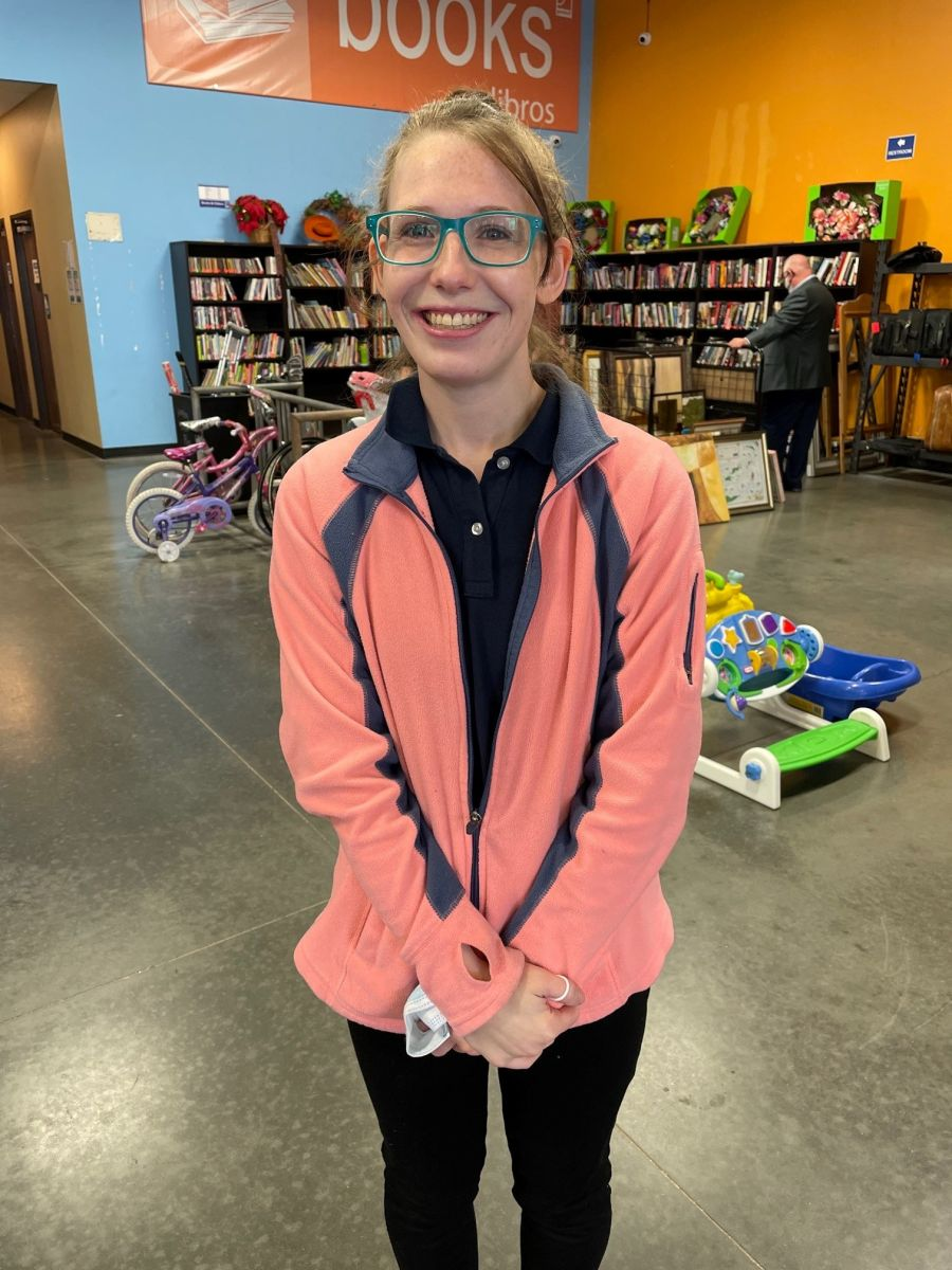Andrea Lessing  halló el dinero envuelto en un suéter que fue donado.