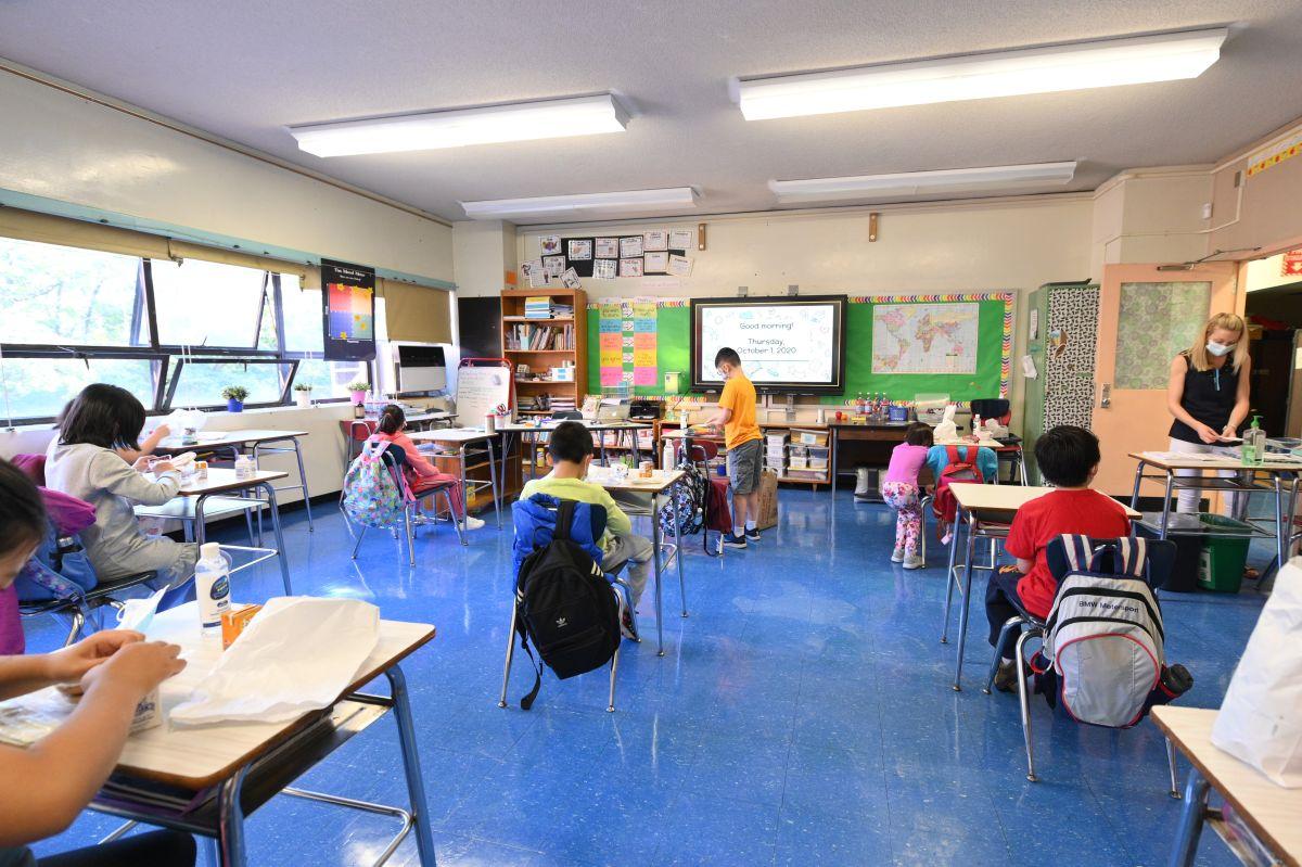 Gobernador de Arizona ordena reabrir escuelas para educación en persona