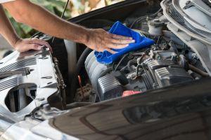 Los 5 mejores productos para limpiar la suciedad y residuos del motor de tu auto