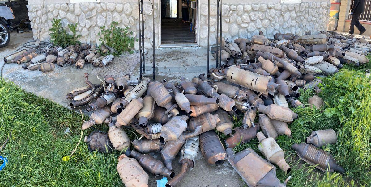 Encuentran 400 catalizadores robados en casa de un hispano en San Bernardino