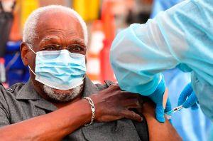 CDC da más flexibilidad a adultos mayores vacunados para que se reúnan con familiares