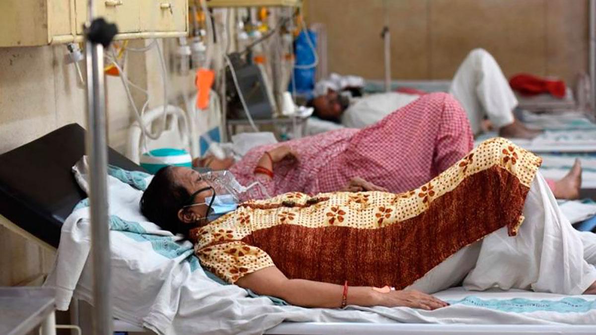 India supera los 300,000 casos diarios de COVID-19 mientras el oxígeno escasea