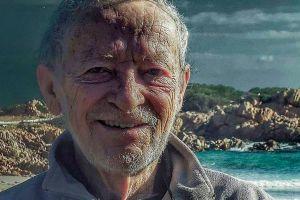 La historia del hombre que lleva 32 años viviendo solo en una isla italiana que ahora abandonará