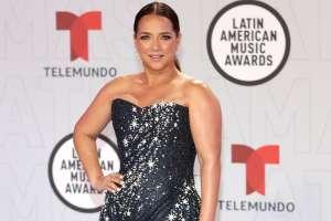 ¡Guapisima! Adamari López deslumbra con su esbelta figura en mini vestido blanco