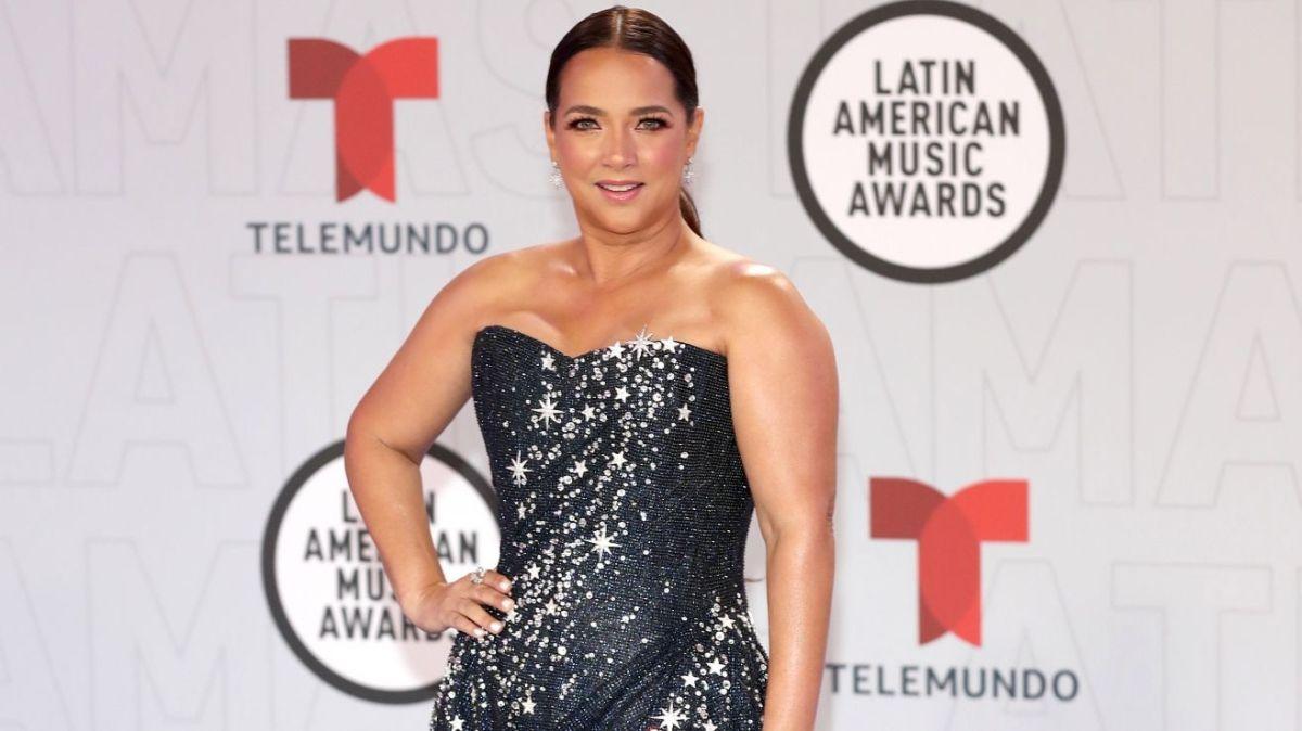 Adamari López causa furor mostrando la pierna en su paso por el red carpet de los Latin AMA's 2021