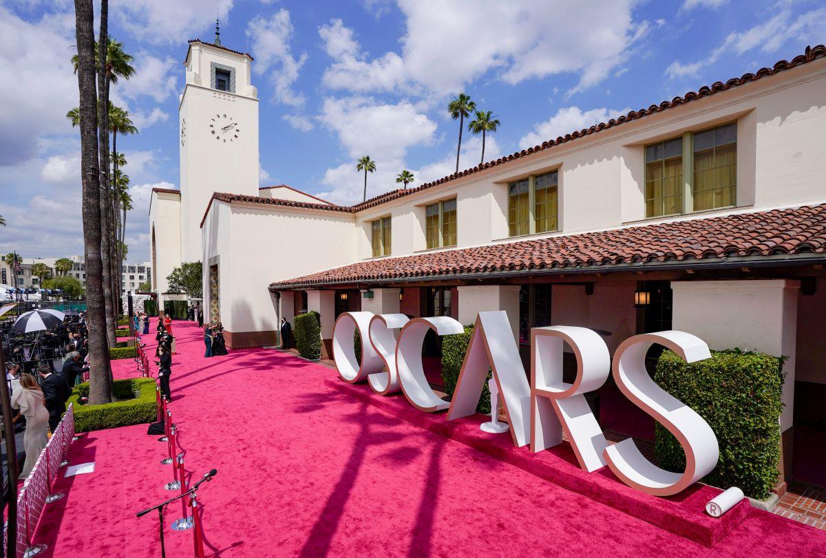 Todos los pormenores de la alfombra roja durante la 93a Entrega Anual de los Premios de la Academia en Union Station el 25 de abril de 2021 en Los Ángeles, California.