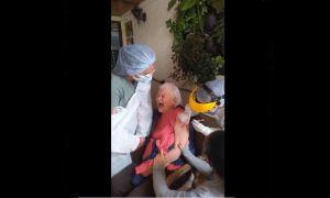 VIDEO:  Anciana grita e insulta cuando recibe vacuna contra COVID-19