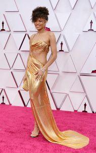 Andra Day deslumbró con un escotado traje dorado de Vera Wang. Foto: Chris Pizzello-Pool/Getty Images.