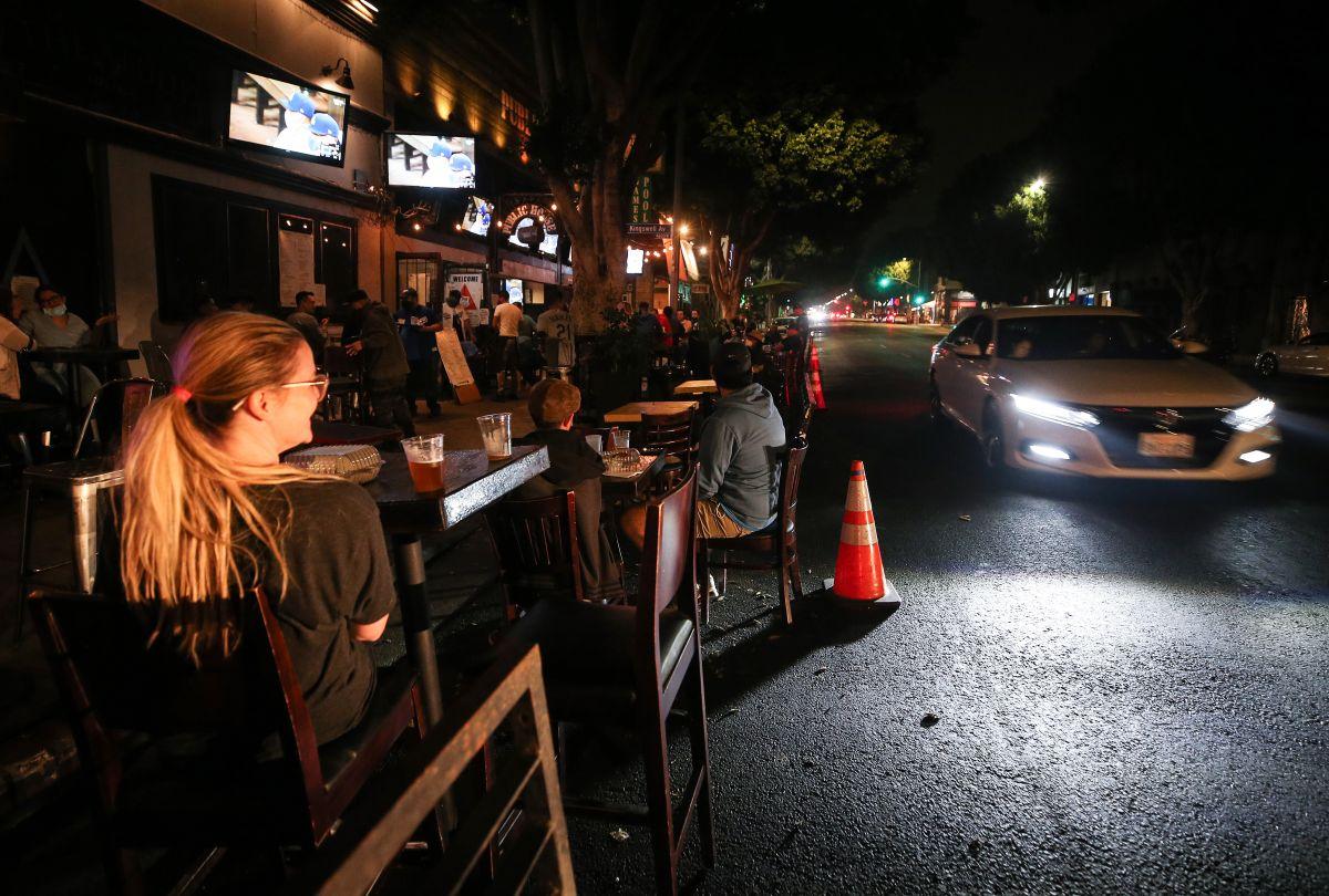 Los bares que no sirven comida podrán abrir al aire libre.