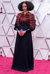 Celeste Waite aareció con una bolsa de corazón en sus manos diseñada por Gucci. Foto: Chris Pizzello-Pool/ Getty Images.