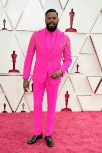 Colman Domingo causó sensación con un traje Versace color rosado fluorescente.