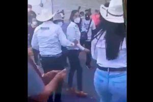 Captan en video a candidato a Gobernador en México realizar tocamiento a mujer durante un mitin
