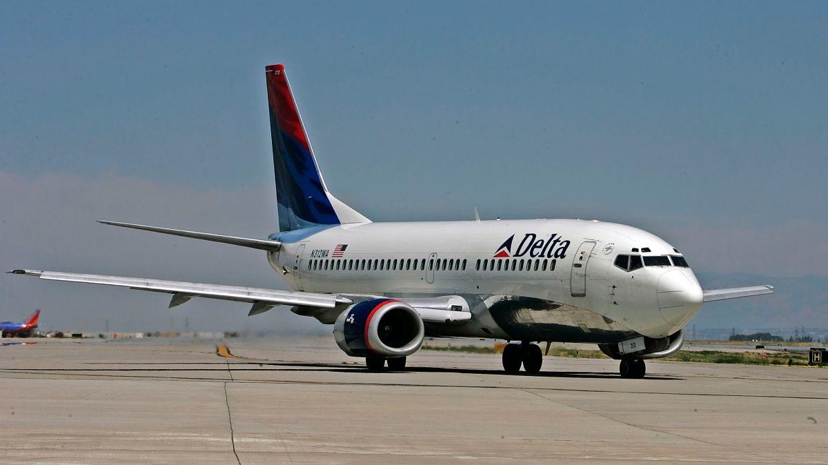 Un vuelo de Delta desde Los Ángeles fue desviado después que un hombre trató de entrar a la cabina del avión