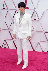 Diane Warren en traje-pantalón de la casa Versace.