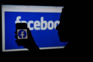 Los moderadores de contenido de Facebook acusan a la compañía de no mejorar sus condiciones laborales y afectar su salud mental
